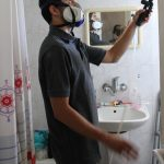 ריסוס בחדר אמבטיה של דירה